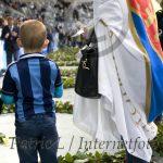 Ung supporter lägger ros med sin mamma