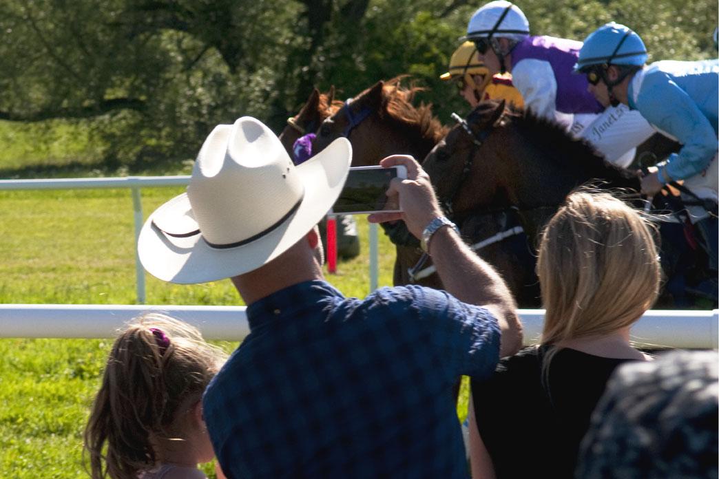 Cowboyhatt och jockeyhjälm