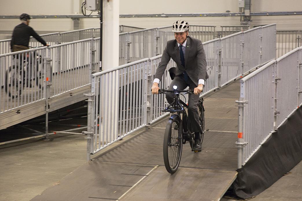 Per Bolund på elcykel