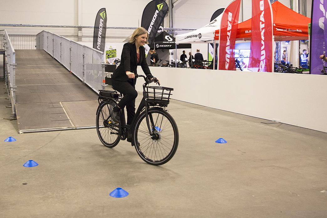Miljöminister testar elcykel