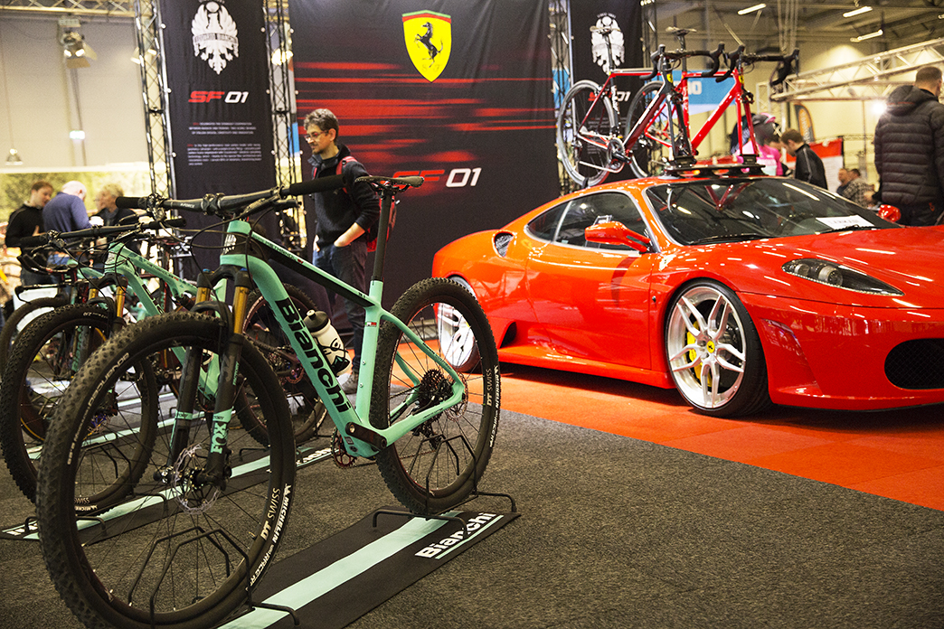 9b70972c926 Cykelmässa med snabba racercyklar och elcyklar i oldschooldesign
