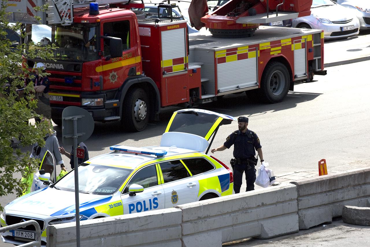 Någon form av material tas med av polisen.