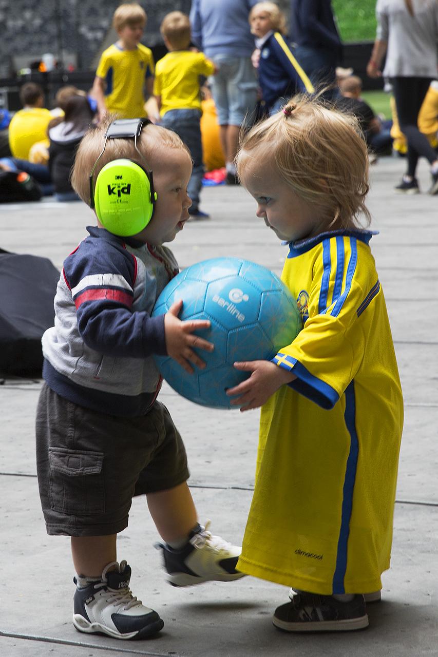 Pojke och flicka leker med fotboll på Tele 2 Arena