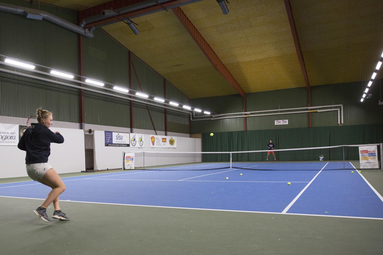 Tennisträning i LED ljus