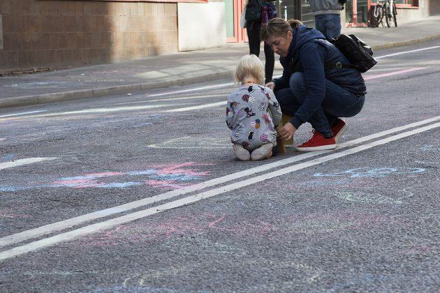 Liten flicka ritar på Mäster Samuelsgatan.