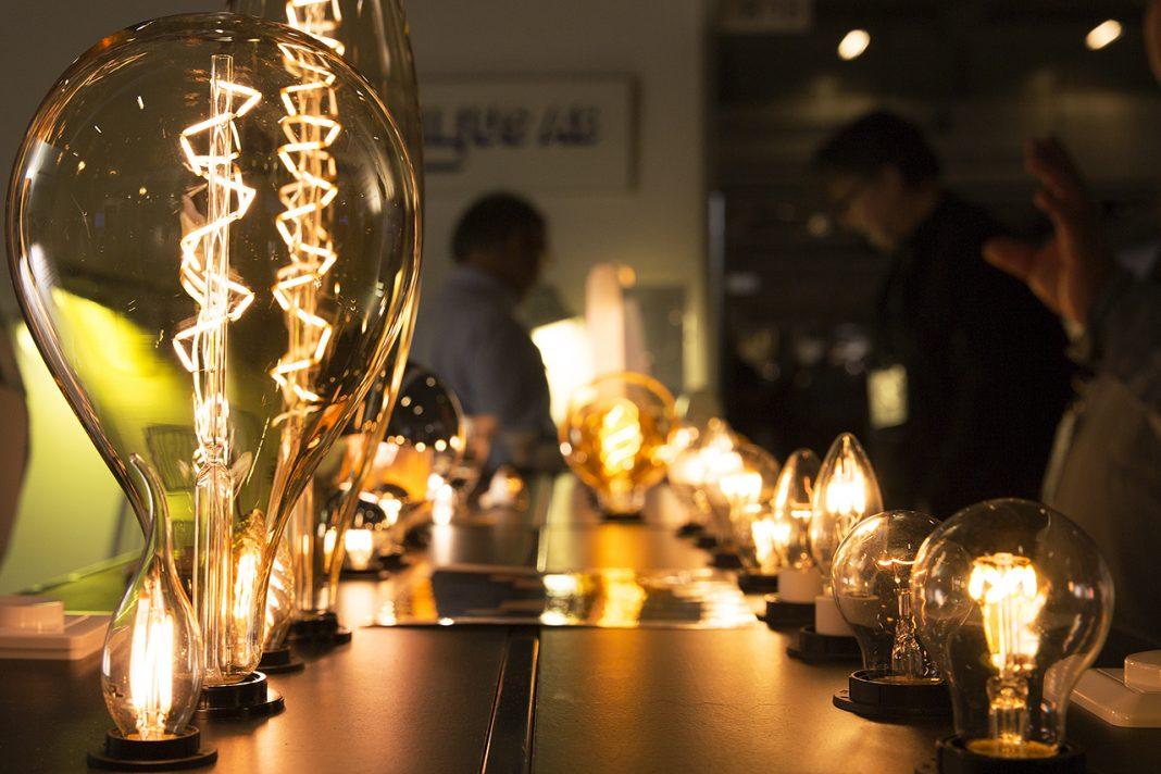 Lampor med gyllene sken på elmässan, Kista