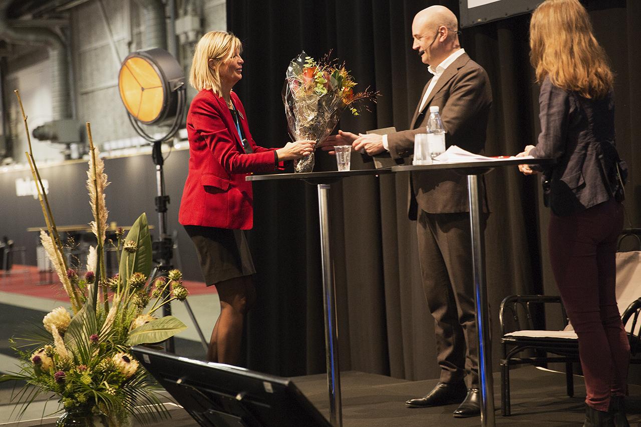 Fredrik Reinfeldt tar emot blommor, Skydd 2018