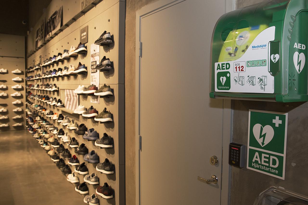 Hjärtstartare och joggingskor i Adidasbuti.