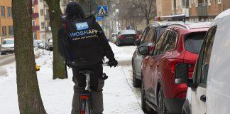 Cyklande bilvårdare med biltvätt