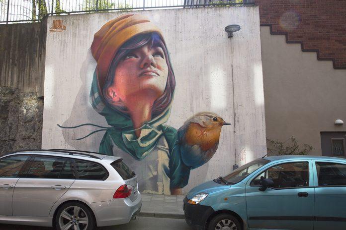 Väggmålningen Flickan och fågeln