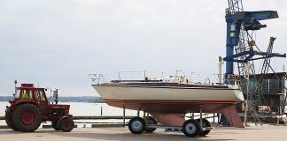 Maxi 95 segelbåt ska lyftas.