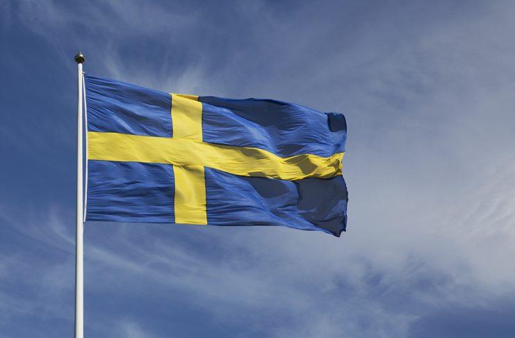 Svensk flagga utsträckt i vinden