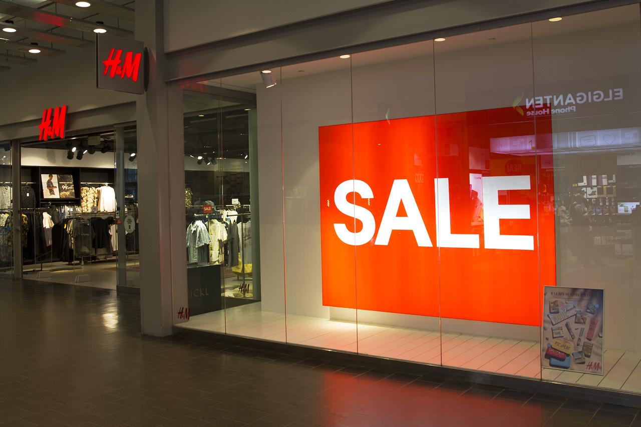 H&M stänger butiker i Sverige varav en är Sicklabutiken. H&M skyltfönster i Sickla Galleria