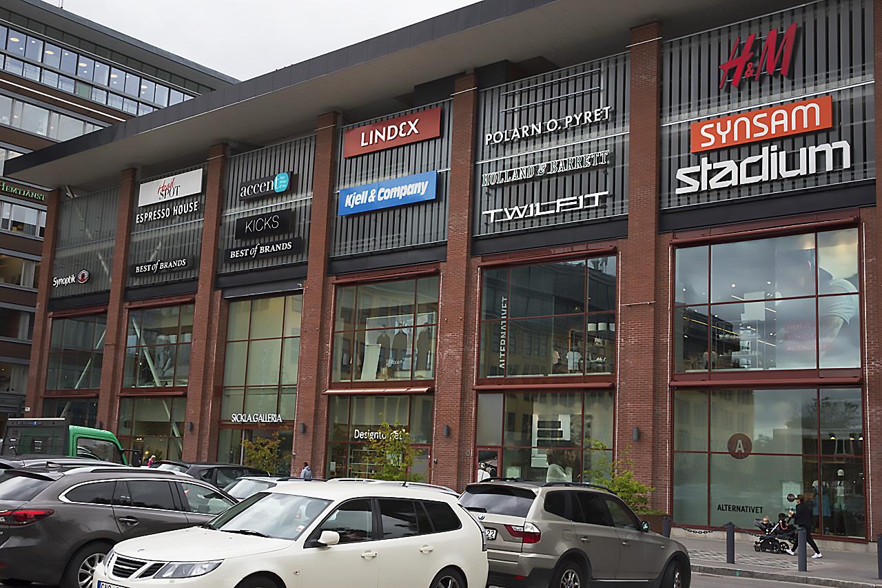 H&M stänger butiker i Sverige varav en är Sicklabutiken. Entré Sickla galleria