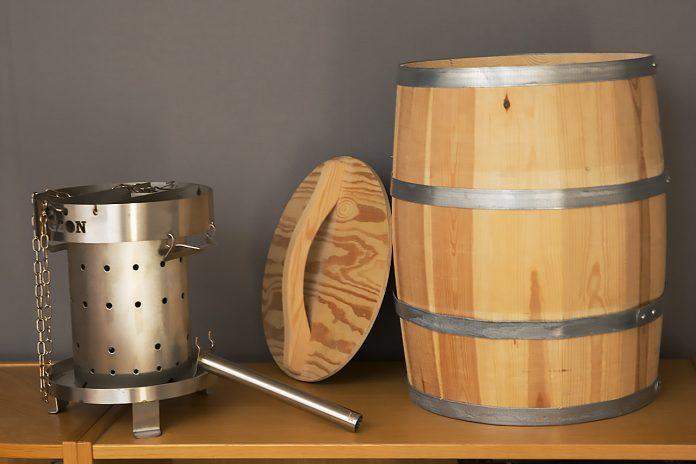 Oanvänd pelletsbrännare och unik trätunna för träpellets