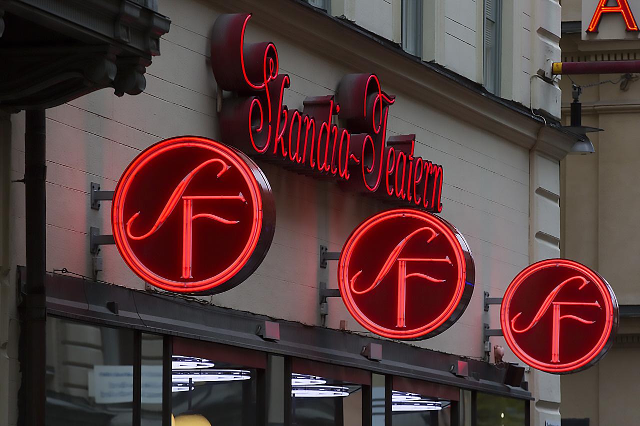 SF neonskyltar på Drottninggatan 82